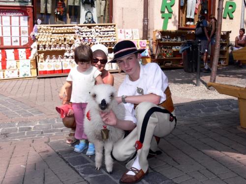 Prawdziwy juhas z owieczką.
