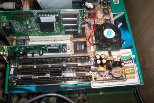 Widok na płytę główną - VA-502. To coś ma nawet USB ;) Elementy widocznego zestawu: AMD K6-2 200MHz, grafika na PCI ATI 2MB, sieciówka na chipsecie RTL8139C