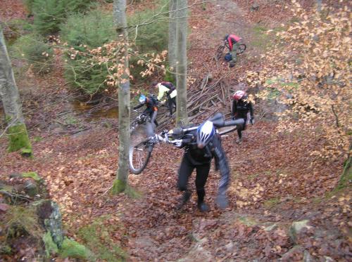 Czarny szlak - Tomek wnosi rower Kasi
